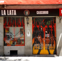 """""""Llamas (y te abren)"""", para festival C.A.L.L.E. Lavapiés y bar La Lata. Un proyecto de Diseño, Instalaciones, Arquitectura, Artesanía, Eventos, Bellas Artes, Paisajismo y Arte urbano de Sonia de Viana - 11-07-2017"""